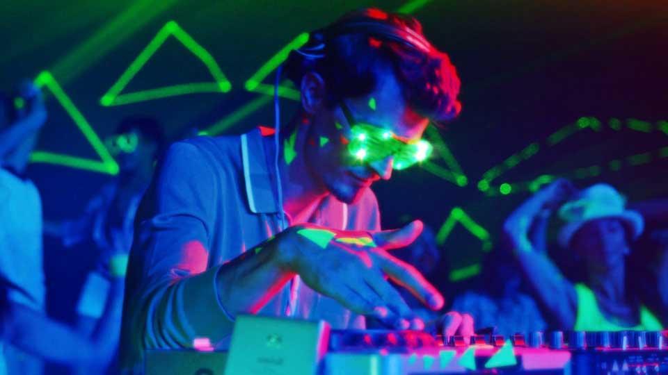 dj za mixetom na partyu sa svjetlosnim efektima