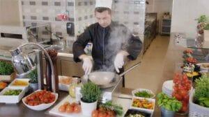 kuhar priprema hranu u restoranu, kadar orjentacijskog videa Valamar Riviera d.d., promotivni film, video produkcija, produkcija video sadržaja
