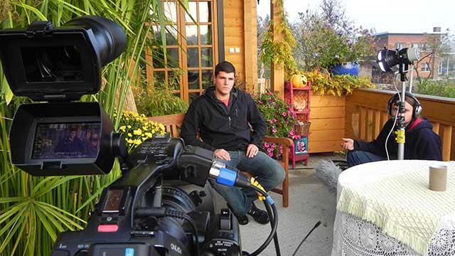 snimanje na setu sa pogledom pored kamere prema sugovorniku, reportažno dokumentarni pristup, video produkcija, produkcija video sadržaja