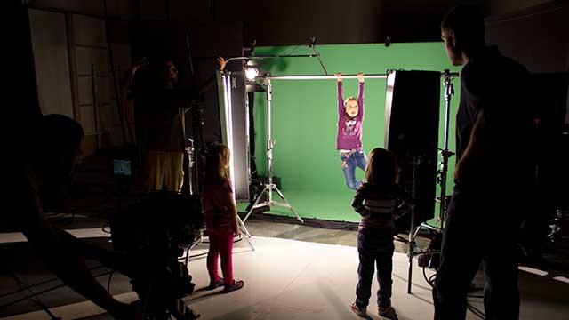 snimanje na setu ispred green screena, snimanje tv reklame Znatiželja Životinjsko carstvo, tv reklama, animacija, kreativna agencija, video produkcija