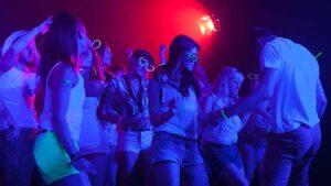 društvo pleše u noćnom klubu, kadar iz spota follow the sun ronhill, tv reklama, video produkcija, produkcija