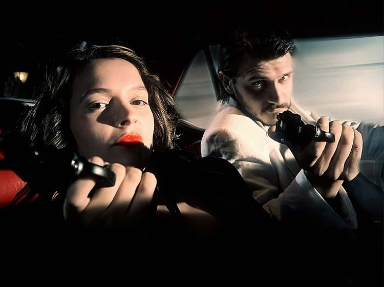 žena i muškarac u autu sa pištoljima, glazbeni spot za pjesmu Sedam dana za nas, video produkcija, produkcija video sadržaja
